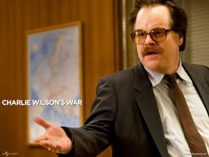 und weist den CIA-Beamten Gust Avrakotos (Philip Seymour Hoffman) als FBI-Mann aus ...